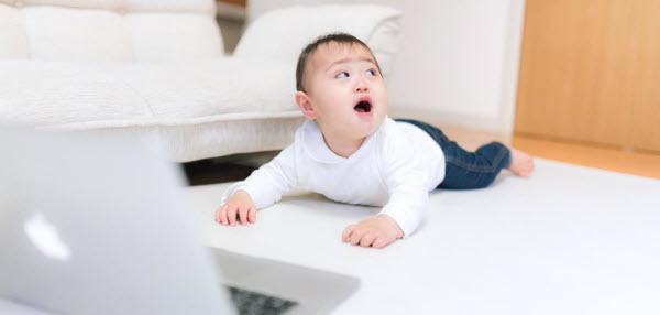 速読トレーニングがいっぱいあって悩んでいる赤ちゃん