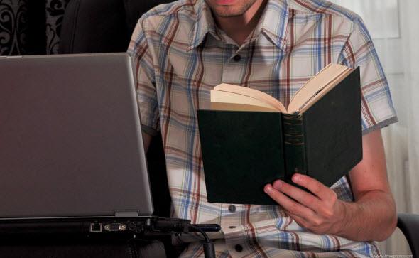 本を眺める男性